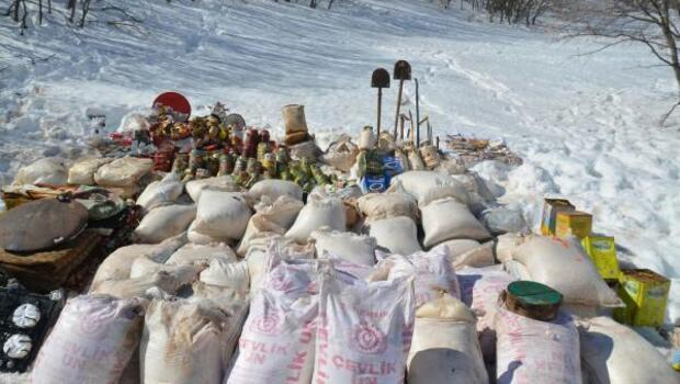 Bingölde içerisinde bol miktarda yaşam malzemesi bulunan PKK sığınağı bulundu