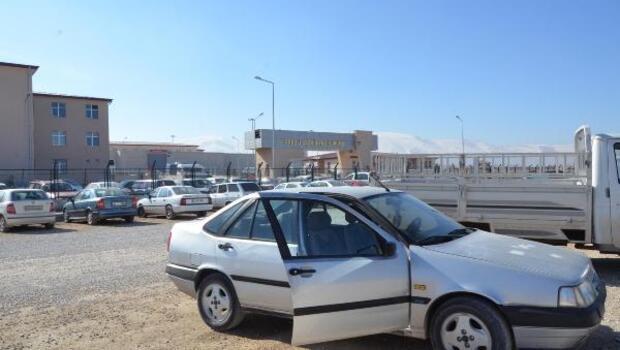 Cezaevine ziyarete gitti, park ettiği otomobilinden 9 bin lirası çalındı