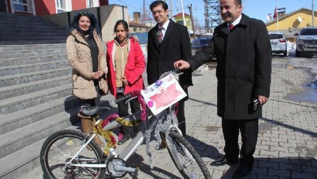 TEOG'ta başarı gösteren öğrenciye ilçe kaymakamı bisiklet hediye etti