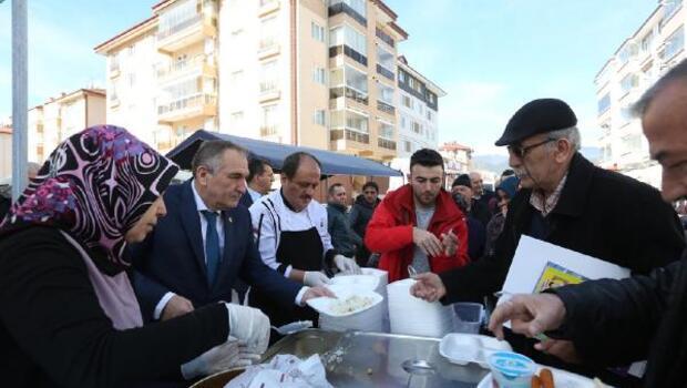 Başkan Yılmaz, mahalle halkıyla buluşup etli pilav dağıttı