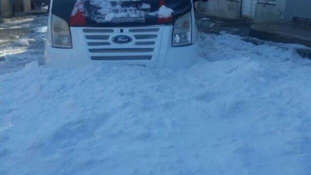 Çatıdan düşen kar minibüsü hurdaya çevirdi