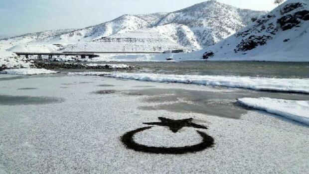 11 yaşındaki Dilara, buz tutan Murat Nehrine ay -yıldız çizdi