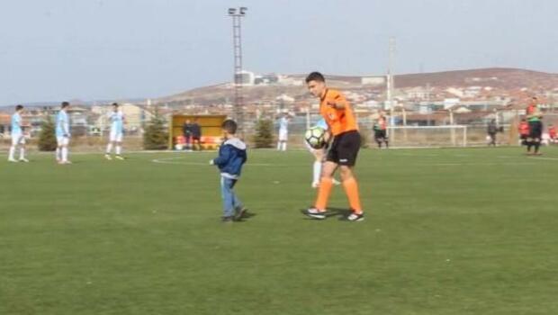 Minik Ege, maç başlarken sahaya girip babasına koştu