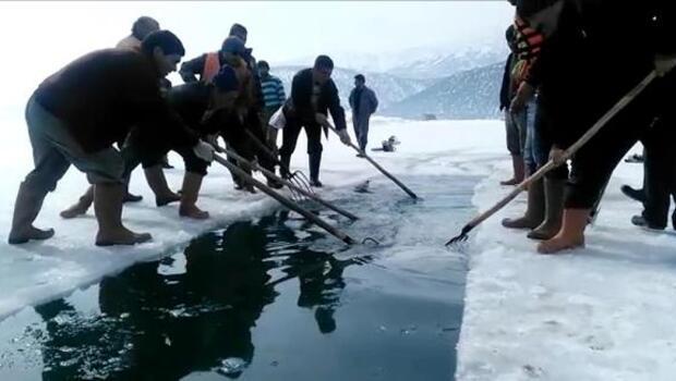 Göl yüzeyindeki buzu keserek adadan karaya kanal açtılar