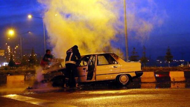 Kırmızı ışıkta duran otomobil alev alev yandı