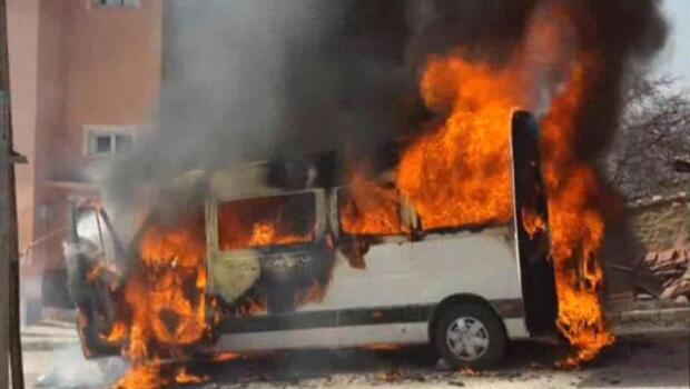 Öğrenci minibüsü alev alev yandı