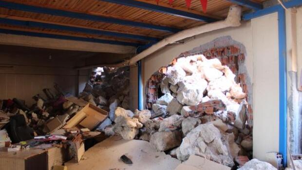 Çöken istinat duvarı, 2 katlı binanın duvarını yıktı