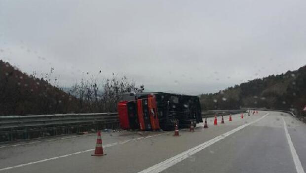 Sinopta TIR devrildi, sürücü yaralandı