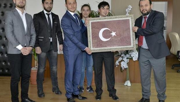 Öğrenciler, kanla Türk bayrağı yaptı