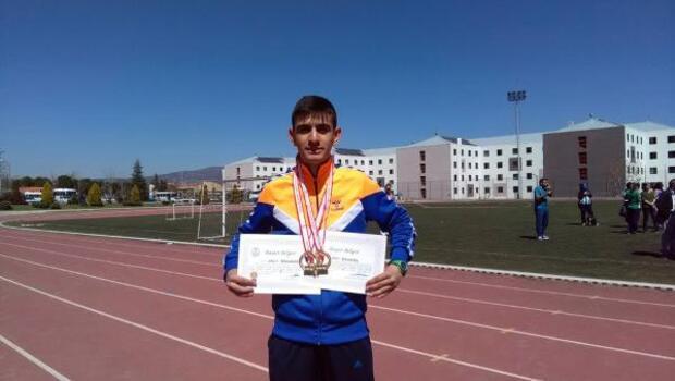 Bitlisli öğrenci atletizmde 2 altın madalya kazandı