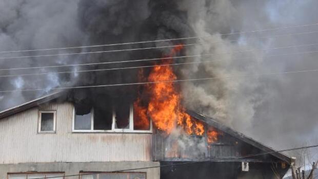 Elektrik kontağı sonucu çatı katı yandı