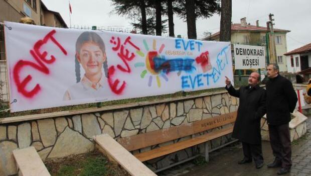 CHPnin Hayır afişinin tahrip edilmesi güvenlik kamerasında