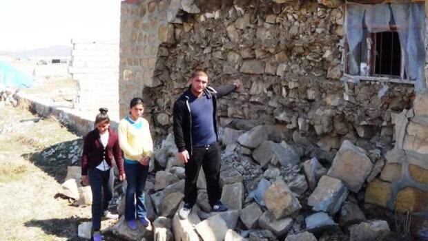 3 kardeşin, köydeki yıkık evde yaşam mücadelesi
