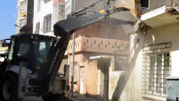 Akdenizde metruk bina yıkımı
