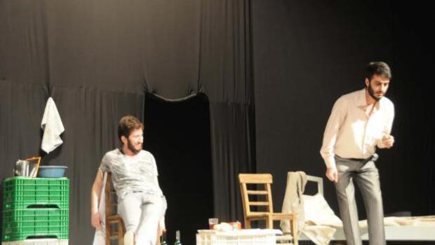 Hakkari Valisi Toprak ve eşi tiyatro oyunu izledi