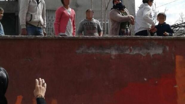 Siirtte evet broşürü dağıtan Ak Partili kadınlara taşlı saldırı