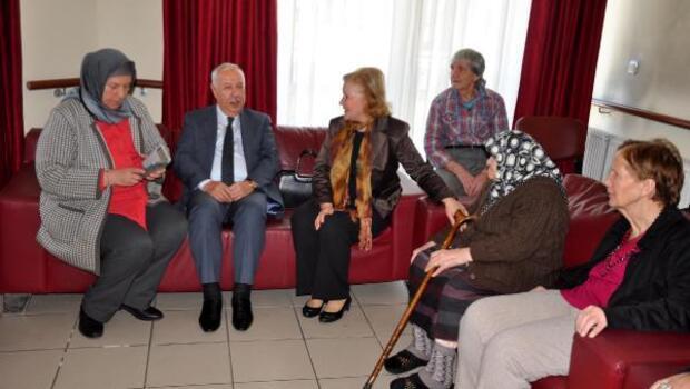 Başkan Akdemir yaşlıları ziyaret etti