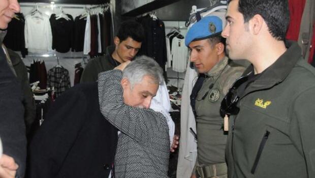 Yaşlı kadın Vali Topraka sarılıp işsiz oğlu için iş istedi