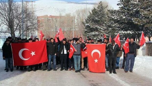 Üniversiteli gençlerden şehitlere saygı yürüyüşü