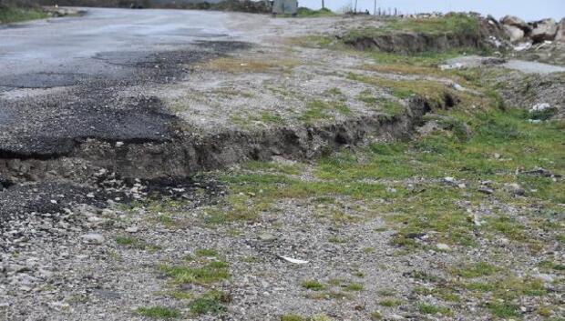 Sinop'ta yağmur nedeniyle yollarda çatlaklar oluştu