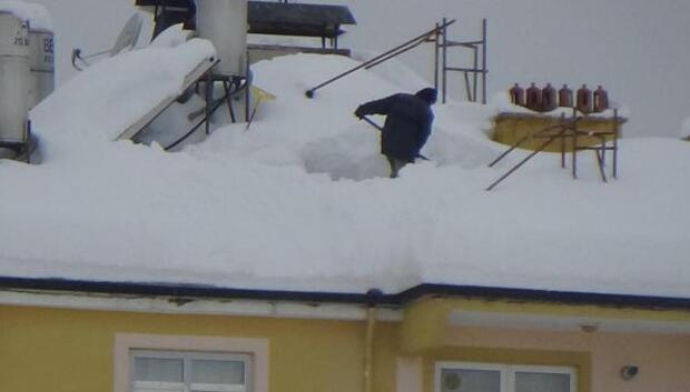 Karamanda çatılarda tehlikeli kar temizliği