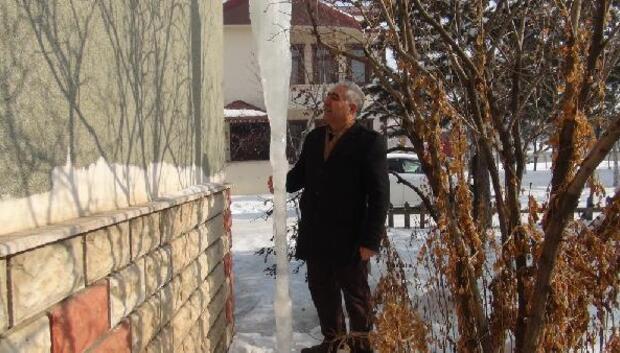 Müzisyenin evinde şaşırtan buz sarkıtı