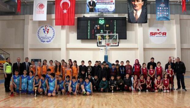 Mehmetçik Ortaokulu Basketbolun il birincisi