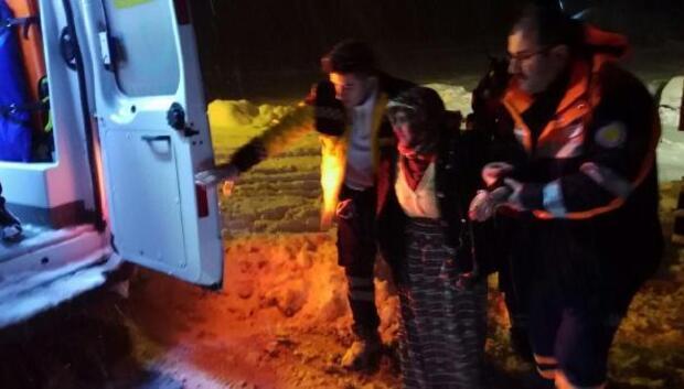 Yaşlı kadın paletli araçla hastaneye kaldırıldı