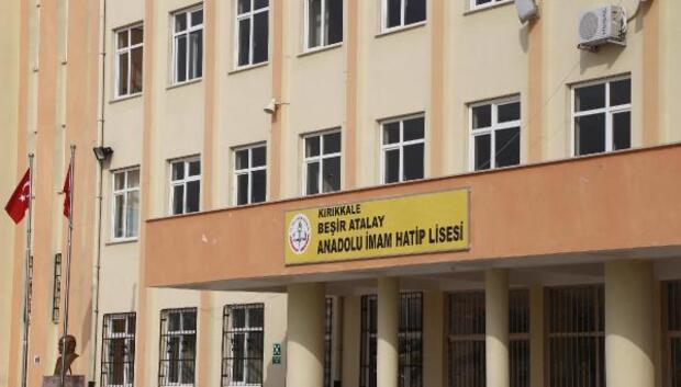 Derste uygunsuz şekilde oturan din dersi öğretmeni hakkında soruşturma açıldı