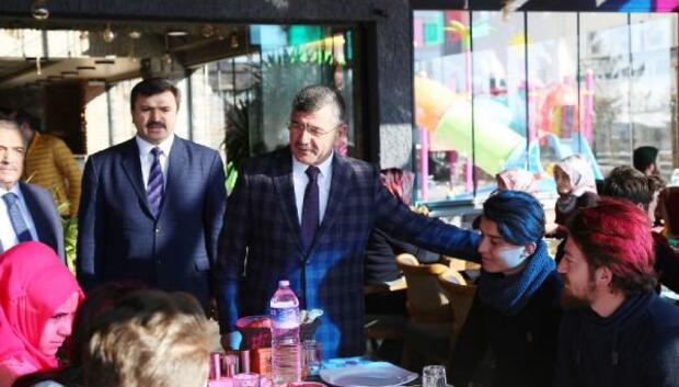 Başkan Akdoğan, burs alan öğrencilerle buluştu