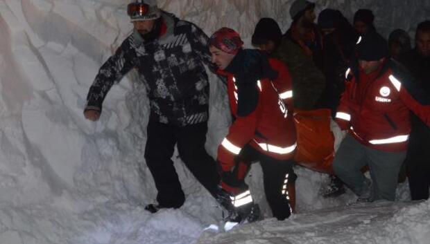 Karda hastayı 2 kilometre sedyeyle taşıdılar