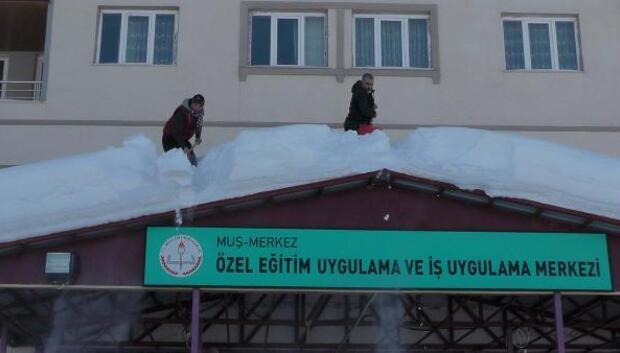 Öğretmenlerin okulda kar temizliği