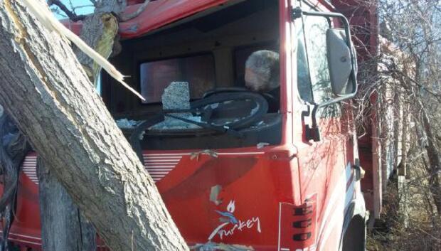Ağaça çarpan kamyonetin sürücüsü ölü bulundu