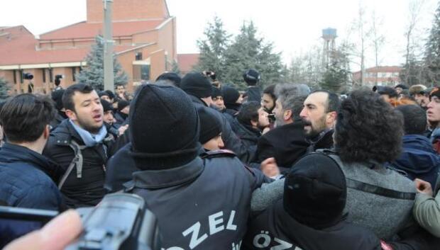 İhraç edilen akademisyenlerin protesto yürüyüşünde arbede
