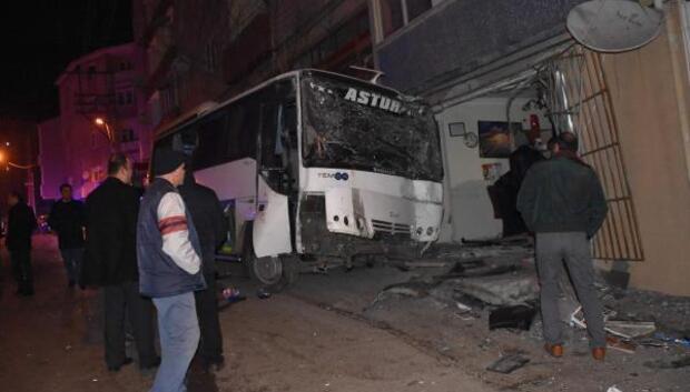 Sürücünün kontrolü yitirdiği minibüs işyerine girdi: 1 yaralı