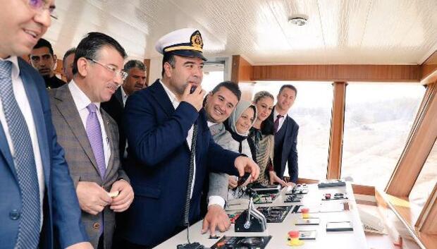 Başkan Çiftçi, feribot dümenine geçti