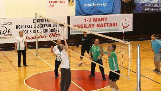 Vali Işık dernek üyeleri ile voleybol oynadı