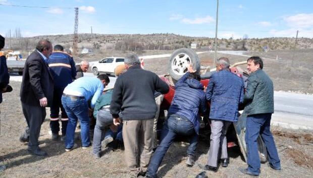 Ters dönen aracın altında kalan sürücüyü kurtarmaya vatandaşın çabası yetmedi