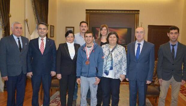 Türkiye üçüncüsü engelli yüzücü Vali Civelek'i ziyaret etti