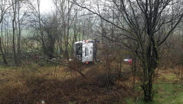 Hafif ticari araç şarampole devrildi: 1 ölü, 1 yaralı