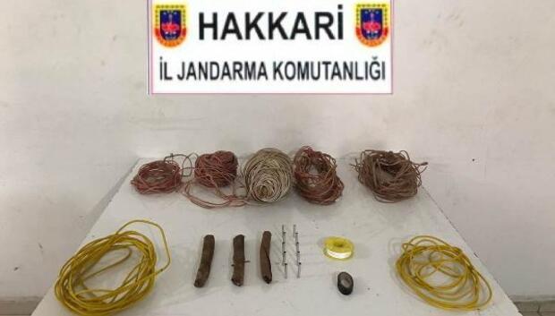 Hakkaride PKKya ait patlayıcı düzenekleri ve yaşam malzemesi ele geçirildi