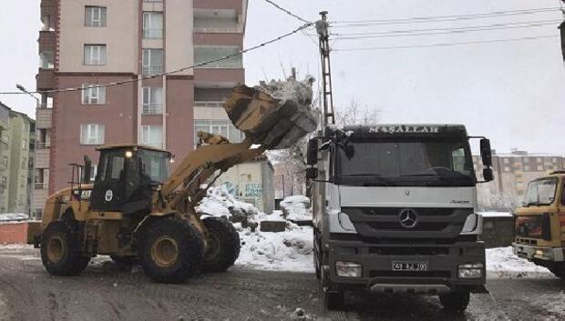 Muşta kamyonlarla kar taşınıyor