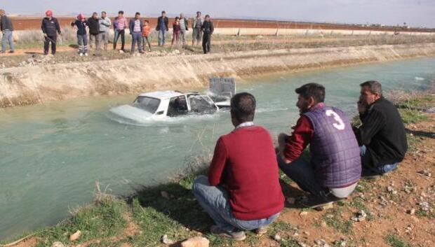 Otomobil kanala devrildi, sürücü yaralandı