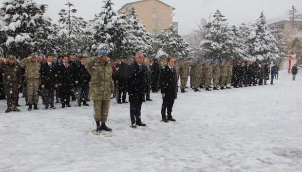 Hakkaride kar altında Çanakkale Şehitlerini anma töreni
