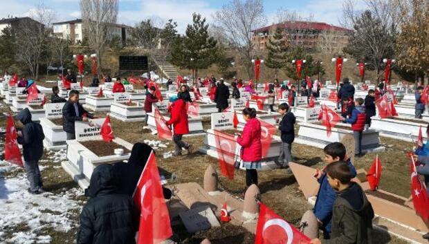 Öğrenciler, Nene Hatun ve şehitlerin mezarını ziyaret etti