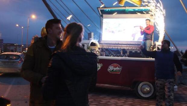 LED ekrandan evlilik teklifi