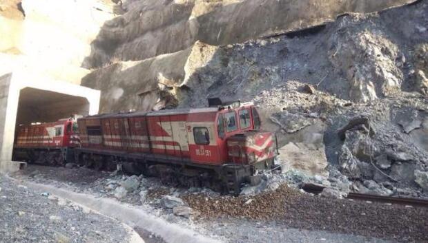 Heyelan nedeniyle yük treni raydan çıktı