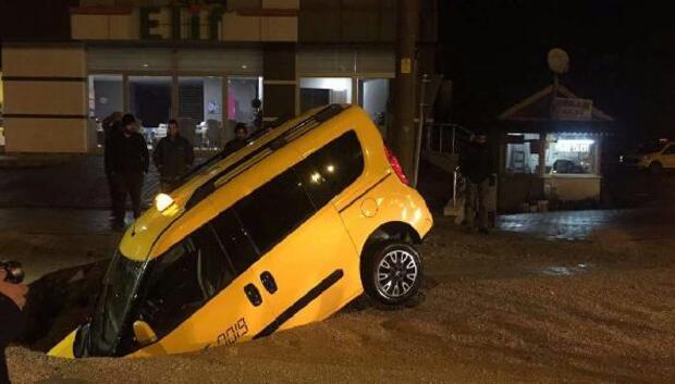 Taksi, yolda oluşan çukura düştü