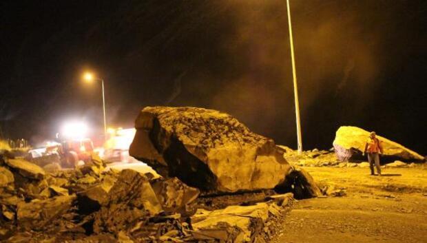 Hakkaride yola dev kayalar düştü
