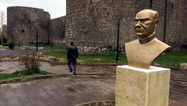 Diyarbakırda Ahmet Arifin büstü yerine konuldu